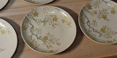 京焼 色絵白盛り桜文4寸皿